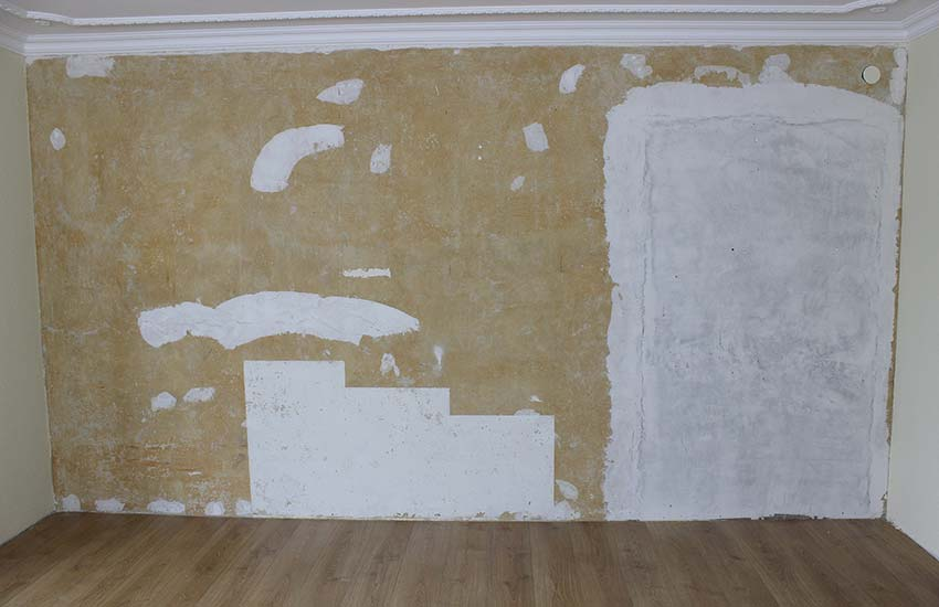 Wie man alte Tapeten schnell und einfach von der Wand entfernt
